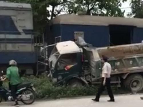 Tai nạn giao thông ngày 20/4: Chồng con khóc ngất bên thi thể người phụ nữ bị xe ben cán
