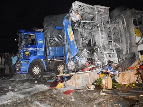 tai nạn giao thông ngày 26/4: Nam thanh niên chết lặng ôm thi thể bạn gái bị xe tải cán