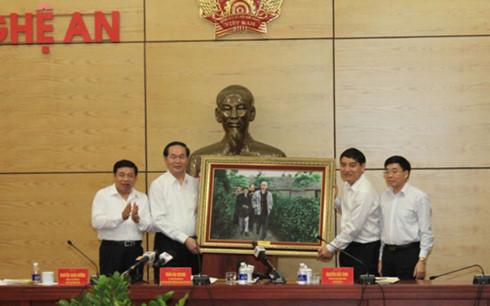 Chủ tịch nước tặng quà cho tỉnh Nghệ An. Ảnh: VOV