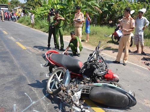 tai nạn giao thông ngày 1/5: 2 xe máy đối đầu, 4 người tử vong tại chỗ