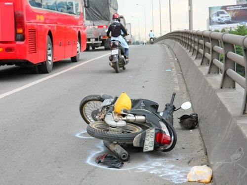 tai nạn giao thông ngày 15/5: Xe Camry tông 3 học sinh tử vong rồi bay xuống ruộng