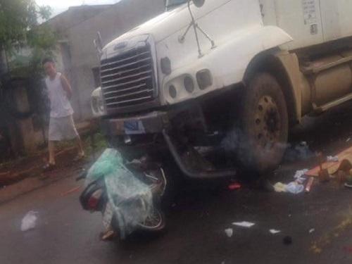 Tai nạn giao thông ngày 17/5: Đi siêu thị, 2 mẹ con bị container cuốn vào gầm