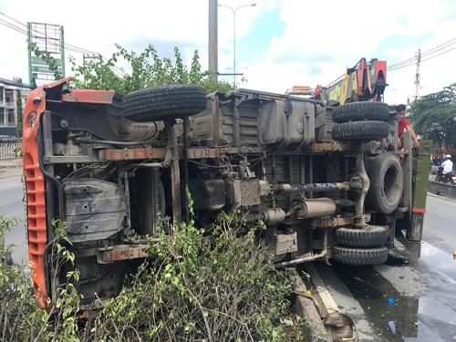 tai nạn giao thông ngày 21/5: Xe tải bị tông lật, 4 người nhập viện
