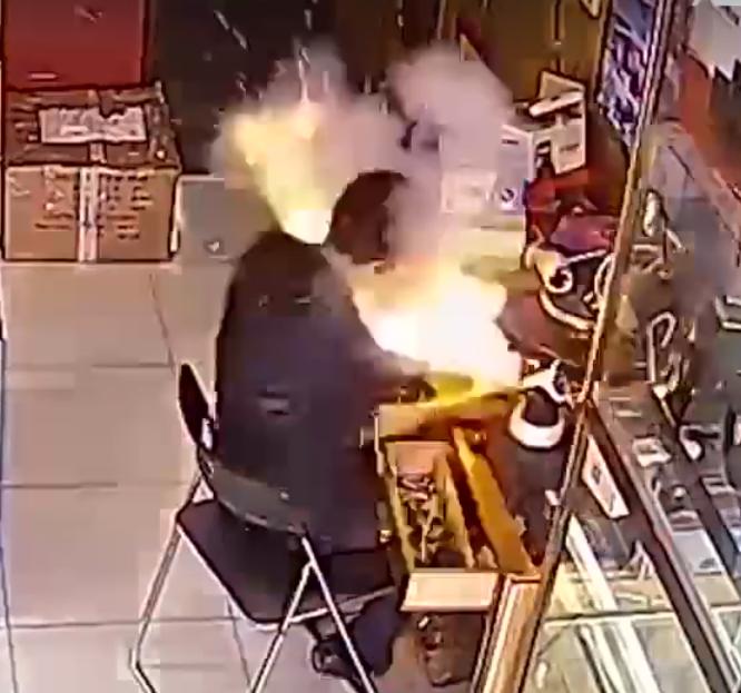 Người thợ hứng nguyên vụ nổ pin điện thoại vào mặt khi đang sửa chữa