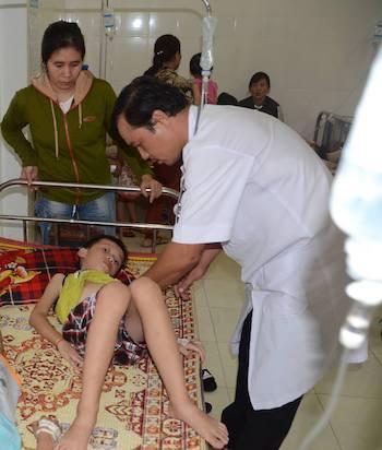 Hình ảnh một em học sinh bị ngộ độc do ăn cây ngô đồng tại bệnh viện