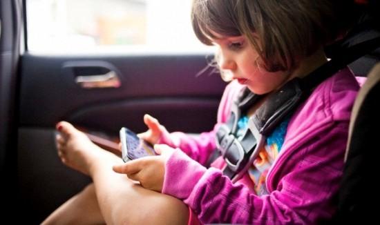 Việc sử dụng điện thoại thông minh, máy tính bảng thường xuyên sẽ ảnh hưởng đến giấc ngủ của trẻ