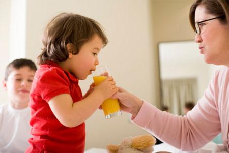 Uống nước cam khi đang uống thuốc sẽ làm mất tác dụng của thuốc