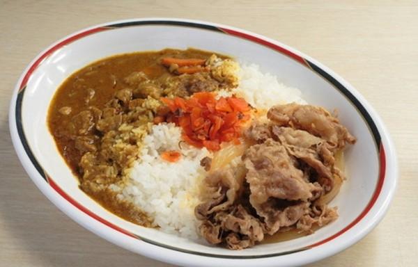 Cơm Cà Ri (Curry) là một món ăn mang những nét rất đặc biệt của ẩm thực Nhật Bản. Tuy nhiên, nói về nguồn gốc của món ăn này, phải kể từ thời kì Minh Trị. Vào thời kì này, các thương nhân Ấn Độ đã đến đây và đem theo món ăn này. Sau đó, người ta đã khéo léo cho vào những hương vị và công thức đặc trưng chỉ có ở Nhật Bản. Dần dần nó đã trở thành món ăn tinh tế và đậm hương vị Nhật. Nếu so sánh với Cà Ri Ấn Độ, món Cà Ri ở đây có vị ngọt hơn, và đậm đà hơn, nguyên liệu phối hợp cũng phong phú hơn. Các nguyên liệu phối hợp đó có thể là các loại thịt, rau hoặc hải sản khác nhau, ngoài ra còn có thể dựa theo sở thích người dùng mà thêm vào món ăn chút vị cay.