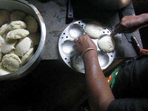 Bánh gạo hấp Idlis mềm, mịn và có màu ngà, thường có mặt trong bữa sáng của nhiều gia đình ở miền nam Ấn Độ. Chiếc bánh gạo được hấp chín trong những chiếc khuôn tròn nhỏ và sau đó ăn kèm với sambar và tương ớt xoài. Idlis màu sáng và có hương vị êm dịu còn là một loại đồ ăn vặt lý tưởng mỗi khi dạ dày của bạn không chịu được đồ cay.