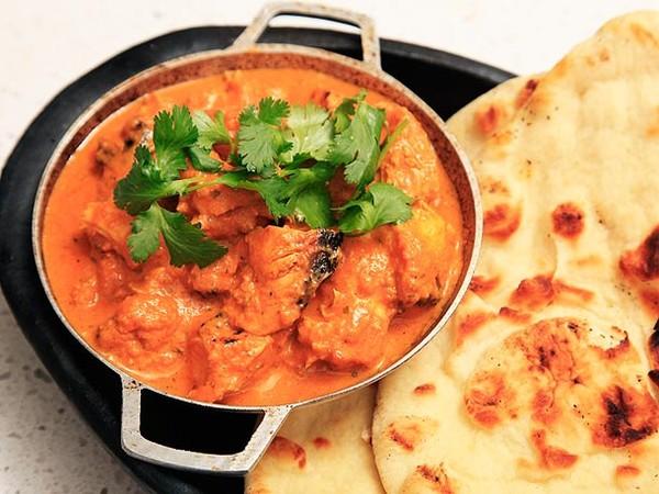 Gà Tikka masala – một món ăn truyền thống và rất phổ biến của người Ấn Độ. Món này có hương vị nhẹ nhàng nhưng nồng ấm, hấp dẫn. Món gà Tikka masala có nước sốt được chế biến từ kem, gia vị cay và một loại bột màu cam.