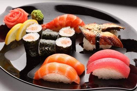 Sushi là một trong những món ăn truyền thống đặc sắc của người Nhật Bản. Ngày nay, vì mức độ nổi tiếng của mình mà sushi xuất hiện ở mọi quốc gia trên thế giới. Nguyên liệu chính để làm nên món sushi là cơm trộn dấm kết hợp với các loại thức ăn như cá sống, trứng cá, hải sản tươi sống, rau củ, wasabi (mù tạt).