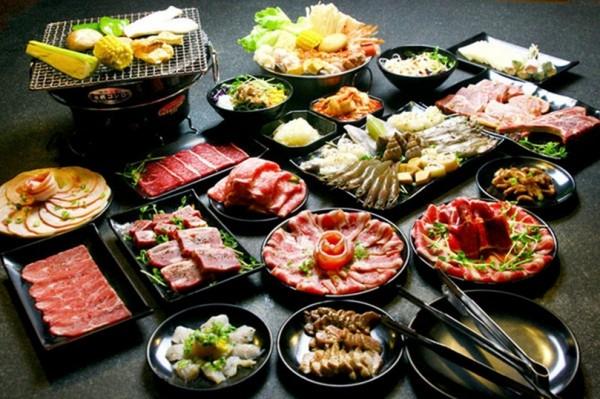 Món thịt nướng kiểu Nhật kết hợp giữa kiểu nướng Hàn Quốc và hương vị món ăn Nhật Bản là món ăn được rất nhiều người dân yêu thích. Ngoài ra, không khí nướng trong các quán cũng thu hút rất nhiều vị khách. Hầu như bàn ăn nào cũng đã được lắp các bếp nướng, nên thực khách có thể tự nướng thịt theo sở thích của mình. Nguyên liệu rất nhiều, có nhiều loại rau, thịt lợn, thịt bò, thịt gà, hoặc hải sản,… Đồng thời các quán này  còn có cả lưỡi bò, tim gà,… Thực khách có thể dựa theo sở thích mà lựa chọn nguyên liệu và cách nướng khác nhau, sau đó thưởng thức hương vị của thịt bò do chính tay mình nướng.