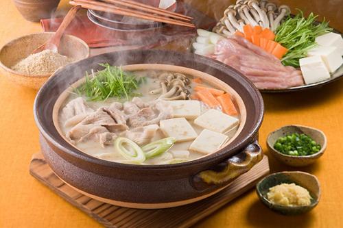 Nabe (Việt Nam gọi là Lẩu) là món ăn rất được ưa thích ở Nhật Bản vào mùa đông, được chế biến từ hải sản, thịt bò, thịt gà và rau củ. Đây là món ăn nấu trong nồi canh hầm để ngay trên bàn. Thành phần món ăn sẽ được sắp xếp trên đĩa phẳng để cho mỗi người tự ăn món mình thích. Lẩu Nhật (Nabe) là một món ăn khá thịnh soạn. Mọi người sẽ cùng ngồi lại bên nhau, cùng lấy các loại thịt, rau, hải sản bỏ vào nồi canh hầm, để dần dần cho chúng chín, sau đó lấy ra và thưởng thức. Và khi đã ăn hết thịt và rau, có thể thêm mì sợi vào rồi tiếp tục thưởng thức cũng rất ngon. Món ăn này giúp cho mọi người có cơ hội được ngồi cùng nhau, gắn bó với nhau hơn và giúp thêm niềm vui, tiếng cười vào những ngày đông giá lạnh.