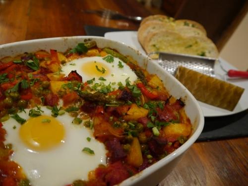 Món trứng có mặt khắp nơi ở đất nước Tây Ban Nha, từ các nhà hàng sang trọng cho đến những hàng ăn bình dân hay tại nhà. Nhưng dù có chế biến thế nào, món trứng Tây Ban Nha luôn ngon lành và khoái khẩu. Trứng đúc khoai tây, ăn nguội hay để lạnh là món phổ biến. Nhưng đặc biệt hơn cả là món Huevos flamencos - món trứng chiên với thịt hun khói, cà chua và rau, vốn là món ăn truyền thống của Seville, nhưng giờ đây đã thành món ăn của cả Tây Ban Nha.