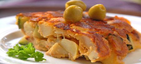 ortilla Espanola là món trứng tráng khoai tây rất phổ biến và nổi tiếng của đất nước Tây Ban Nha. Món này còn được gọi là bánh khoai tây bởi khi hoàn thành trông nó có hình dạng giống như một chiếc bánh. Tortilla Espanola được làm từ khoai tây, trứng, hành tây và được rán trong dầu ôliu. Để chế biến món Tortilla Espanola, người ta thường chọn những củ khoai tây ngon và đều nhau, sau đó gọt vỏ rồi cắt lát ra thành những miếng mỏng để rán cùng trứng và hành tây.