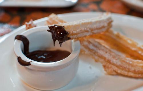Chorros là phiên bản bánh rán của Mỹ ở Tây Ban Nha. Những chiếc bánh mì chiên hình tròn, xoắn ốc hay que thẳng được chế biến từ loại bột nhào thông thường hoặc bột khoai tây. Món bánh ngọt này được chiên vàng và phủ một lớp đường trên bề mặt. Bánh chorros thường được bán dạo trên phố hoặc trong những tiệm bánh mì vào lúc sáng sớm. Những chiếc bánh này có thể ăn ở bất kỳ thời điểm nào trong ngày. Tuy nhiên, thưởng thức món ăn sáng được yêu thích này khi chúng vừa được chiên xong vẫn là điều tuyệt vời nhất.