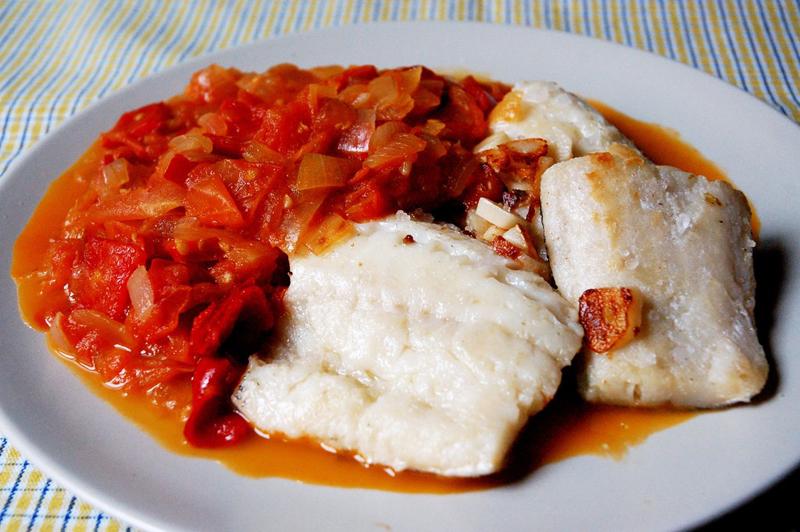 """Bacalao là món cá tuyết muối phơi khô, người Tây Ban Nha nấu chúng với hành và tiêu, trộn với kem, dầu ô liu, tỏi và các gia vị khác. Một cách nấu khác là rim cá với tỏi để được thứ nước xốt sền sệt. Món ăn này thực sự là """"tinh túy"""" của nền ẩm thực Tây Ban Nha, không chỉ bắt mắt mà còn rất ngon miệng."""