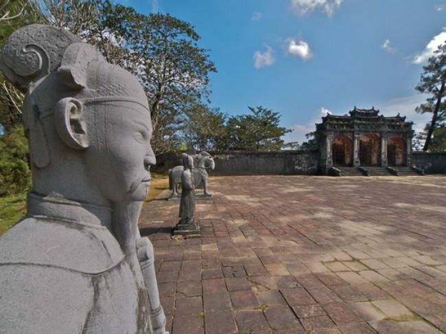 Tọa lạc hai bên bờ sông Hương, thành phố Huế là di sản văn hóa thế giới thuộc tỉnh Thừa Thiên – Huế. Huế sở hữu những di tích lịch sử có giá trị cao nằm trong Quần thể di tích Cố Đô Huế như Kinh Thành Huế, Lăng Minh Mạng, Lăng Gia Long, Chùa Thiên Mụ, Văn Miếu và Trường Quốc Học. du lịch Huế cũng là chiêm ngưỡng các thắng cảnh như núi Ngự Bình, bãi biển Thuận An, bãi biển Lăng Cô và phá Tam Giang. Nhã nhạc cung đình là một trong những nét văn hóa đặc sắc của Huế. Mỗi 2 năm thành phố tổ chức Festival Huế thu hút đông đảo du khách.