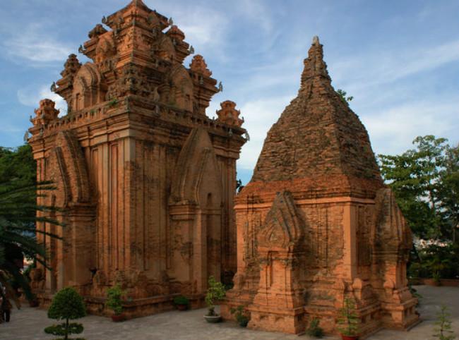 Nha Trang, thuộc tỉnh Khánh Hòa, là thành phố du lịch biển nổi tiếng nhất của Việt Nam. Các bãi biển dọc chiều dài thành phố và trên các đảo thuộc Vịnh Nha Trang như Hòn Tre, Hòn Tằm, Hòn Mun, Hòn Chồng – Vợ đều là những thắng cảnh tuyệt vời thu hút du khách trong và ngoài nước. du lịch Nha Trang còn thu hút khách bởi di tích Chămpa nổi tiếng là Tháp Bà Ponagar và các điểm tham qua thú vị trong thành phố như Chợ Đầm, Chùa Long Sơn, Nhà Thờ Núi và Biệt thự Cầu Đá (Lầu Bảo Đại). Nha Trang cũng tổ chức nhiều sự kiện du lịch, đáng chú ý là Festival Biển Nha Trang với nhiều hoạt động vui chơi giải trí phong phú