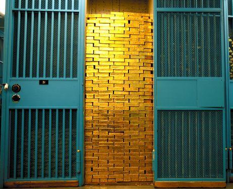 Căn hầm nằm bên dưới nền đá cứng của Manhattan, dưới độ sâu bằng một tòa nhà 5 tầng. Đây là một nơi bất khả xâm phạm và được coi là nơi trữ lượng vàng lớn nhất thế giới với khoảng 540.000 miếng vàng thuộc sở hữu của 48 ngân hàng trung ương nước ngoài và 12 tổ chức quốc tế. Chỉ 5% trong số đó thuộc sở hữu của Mỹ.