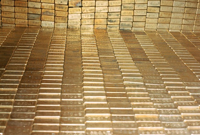 Ngoài ra, Mỹ còn sở hữu một kho chứa vàng nổi tiếng khác là Fort Knox, thuộc sở hữu của Cục Dự trữ Vàng Quốc gia Mỹ. Tính đến tháng 4 năm 2016 , Fort Knox giữ 4.582 tấn vàng. Khác với FED New York, hình ảnh về kho chứa vàng nằm trong căn cứ quân sự của Mỹ ở bang Kentucky rất ít. Giới chức nước này chỉ cho phép một nhóm người đặc biệt, gồm thượng nghị sĩ và phóng viên đến thăm kho vàng vào năm 1974, thời điểm mà bức ảnh này được chụp. Ảnh: AFP