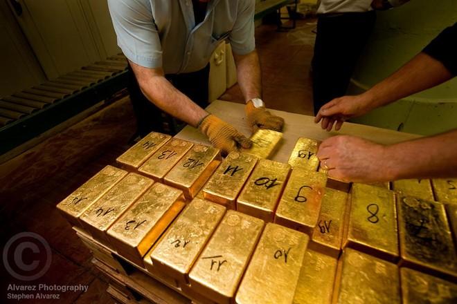 Kho dự trữ vàng của Ngân hàng Quốc gia Pháp chứa 2.435 tấn vàng. Được xây dựng trong khoảng thời gian từ năm 1925 đến năm 1930, khu hầm tọa lạc ở độ sâu 29m dưới mặt đường. Mỗi thỏi vàng ở đây được đúc thành khối hình thang với trọng lượng 12,4 kg mỗi thanh. Italy cũng có một kho vàng với khối lượng tương đương nhưng người ta không có nhiều thông tin hay hình ảnh về nó. Ảnh: Stephen Alvarez