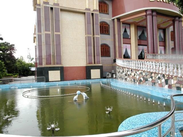 Bên hông lối vào dinh thự được thiết kế một hồ nước rộng. Ảnh: Người đưa tin