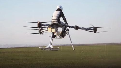 Một nhóm các nhà nghiên cứu người Hungari đang thử nghiệm một phương thức bay mới trên chiếc trực thăng ba cánh có tên gọi là Flike. Chiếc máy bay có hình dạng giống xe đạp này có thể bay từ 15 đến 20 phút cho một chuyến bay với tốc độ nhanh và từ 30 đến 40 phút cho một chuyến bay chậm để ngắm cảnh. Trong chuyến bay thử hồi tháng năm, nhóm đã có một bước tiến quan trọng trong việc chứng minh khả năng bay lượn của chiếc máy bay này, thực hiện các pha biểu diễn và khả năng chống lại sức gió lớn. Ành: Tạp chí Khám phá