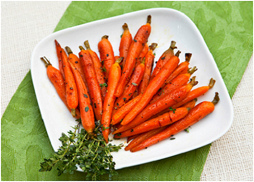 Cà rốt tí hon là mặt hàng đang được ưa chuộng. Loại cà rốt này nấu được rất nhiều món như cà rốt xào, súp cà rốt, cà rốt hấp, salad cà rốt tí hon... Chỉ bằng đốt ngón tay, bạn có thể vừa ăn vừa ngắm. Ảnh: báo Kiến thức