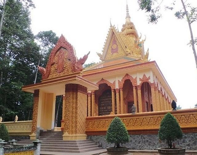 Ngoài ra còn có nhiều ngôi chùa khác được đại gia Trầm Bê xây dựng tại Trà Vinh như chùa Bến Có (4 tỷ), chùa Mới (7 tỷ) và chùa Tà Điêu (6 tỷ)..... Vị đại gia này còn bỏ ra 6 tỷ để xây một ngôi chùa ở huyện Vũng Liêm, Vĩnh Long. Ảnh: VietNamNet