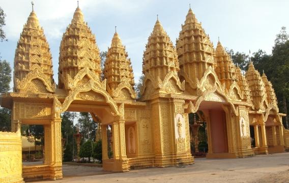 Ngoài biệt thự trăm tỷ, đại gia Trầm Bê đã công đức số tiền hàng trăm tỷ để xây dựng những ngôi chùa kiến trúc độc đáo với vẻ ngoài lóng lánh như dát vàng. Trong ảnh là chùa Vàm Ray tọa lạc tại xã Hàm Giang, huyện Trà Cú, tỉnh Trà Vinh. Tổng số tiền vị đại gia này đã bỏ ra xây ngôi chùa là 50 tỷ đồng. Ảnh: VietNamNet