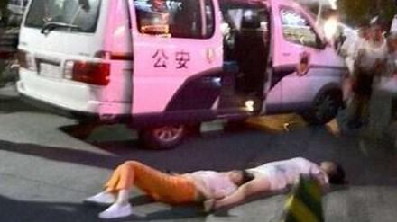 Hai phụ nữ ngất xỉu trên đường phố An Khang, tỉnh Thiểm Tây, Trung Quốc, vì cãi vã liền 8 tiếng mà không ăn uống. Ảnh: SCMP