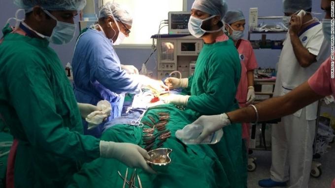 Cuộc phẫu thuật kéo dài 5 tiếng đồng hồ. Ảnh: Dinesh Bubey/Barcroft