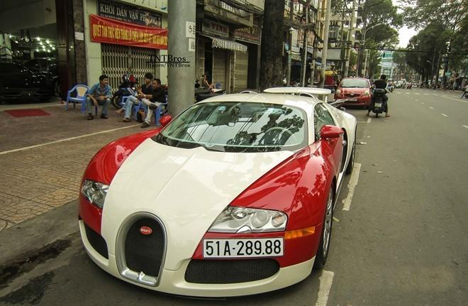 """Tháng 2.2012, """"ông hoàng tốc độ"""" Bugatti Veyron màu trắng – đỏ, đời 2008 chính thức đặt chân đến Việt Nam và cư ngụ tại nhà Minh Nhựa. Các chuyên trang siêu xe thế giới cũng sửng sốt khi hay tin Bugatti Veyron về Việt Nam. Mức giá cho chiếc xe này được cho là đã xô đổ mọi kỷ lục về giá cho một chiếc siêu xe ở Việt Nam, đặc biệt hơn nó là chiếc Bugatti độc nhất."""