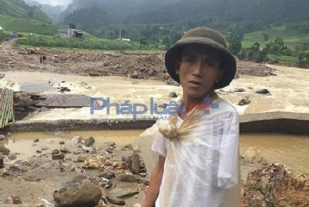 Anh Bàn Tòn Sang, trú tại thôn Nà Đoong xã Nậm Xây chia sẻ với PV báo pháp luật Việt Nam, số lượng người chết thực tế nhiều hơn so với số lượng người chết được công bố trên báo, đài. Ảnh: PLVN