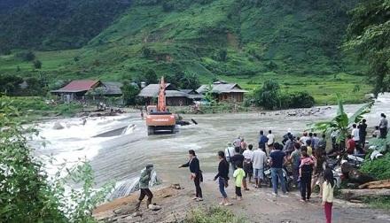 Suối ngầm bị ngập chia cắt giao thông của người dân xã Nậm Xây, huyện Văn Bàn, Lào Cai. Ảnh: Gia đình và xã hội