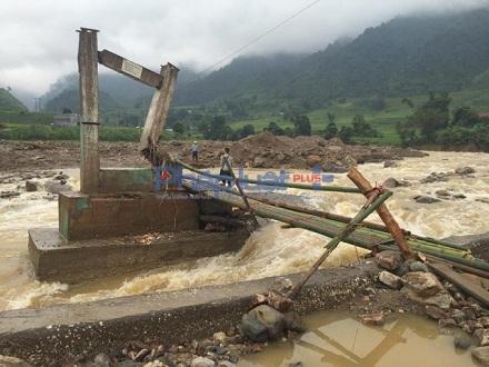Cây cầu duy nhất bắc qua sông Nậm Xây đã bị lũ cuốn trôi khiến việc di chuyển của đội cứu hộ gặp khó khăn. Ảnh: PLVN