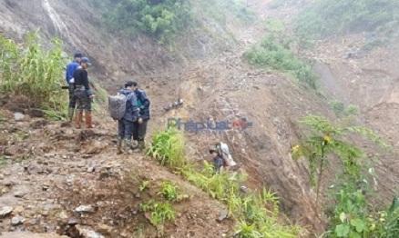 """Đường rừng, đèo dốc trơn trượt, nhiều đoạn đường, đất đá sình lầy, phải """"lội bùn"""" đến đầu gối mới đi qua được. Ảnh: pháp luật Việt Nam"""
