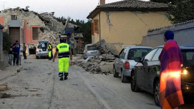 ''Một nửa thành phố đã biến mất'', thị trưởng của Amatrice nói, một trong những thị trấn tồi tệ nhất bị ảnh hưởng từ trận động đất. Ảnh: BBC