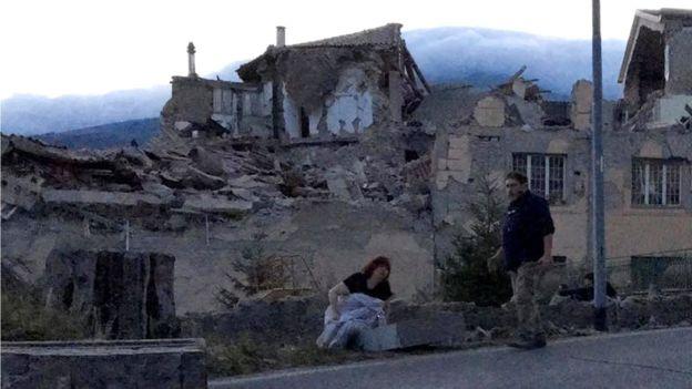 Các đường phố chính qua thị trấn đã bị tàn phá và nhân viên cấp cứu đang cố gắng để cứu được sáu người trong một tòa nhà bị đổ sập. Ảnh: BBC