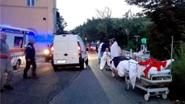 Nhân viên cứu thương đến hỗ trợ kịp thời. Ảnh: BBC