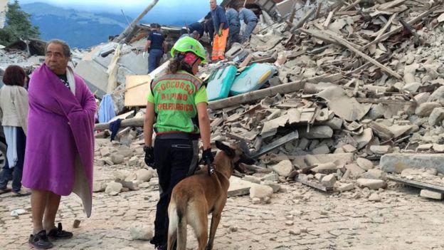 Một trận động đất mạnh đã xảy ra ở miền Trung Italy vào sáng sớm ngày 24/8, khiến nhiều tòa nhà đổ sập và có thương vong. Do hoảng sợ, người dân ở nhiều thị trấn và thành phố ở Italy đã tháo chạy ra đường. Ảnh: BBC