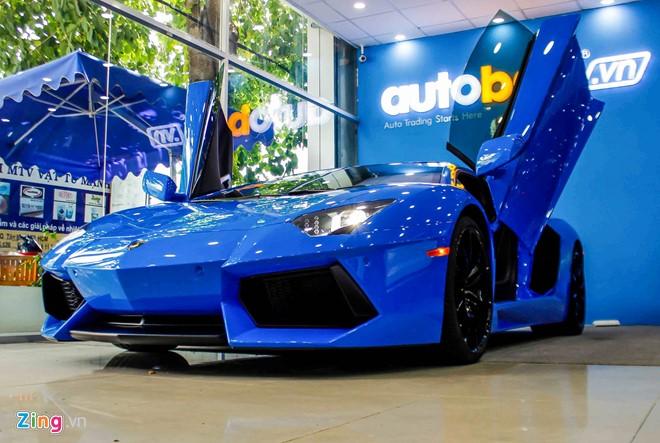 Mới đây, siêu xe Lamborghini Aventador LP700-4 với tông màu ngoại thất màu xanh Lemans lạ mắt và thuộc vào hàng hiếm xuất hiện bất ngờ ở một showroom tư nhân tại Sài Gòn thu hút sự quan tâm của cộng đồng giới đam mê siêu xe tại Việt Nam. Ảnh: Zing.vn