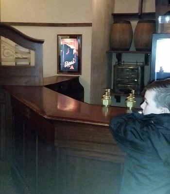 Owen, con trai của Louise đứng một mình ở quầy bar. Ảnh: Mercury Press