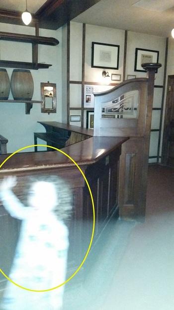 Bóng trắng nghi là ma trong bảo tàng Anh. Ảnh: Mercury Press