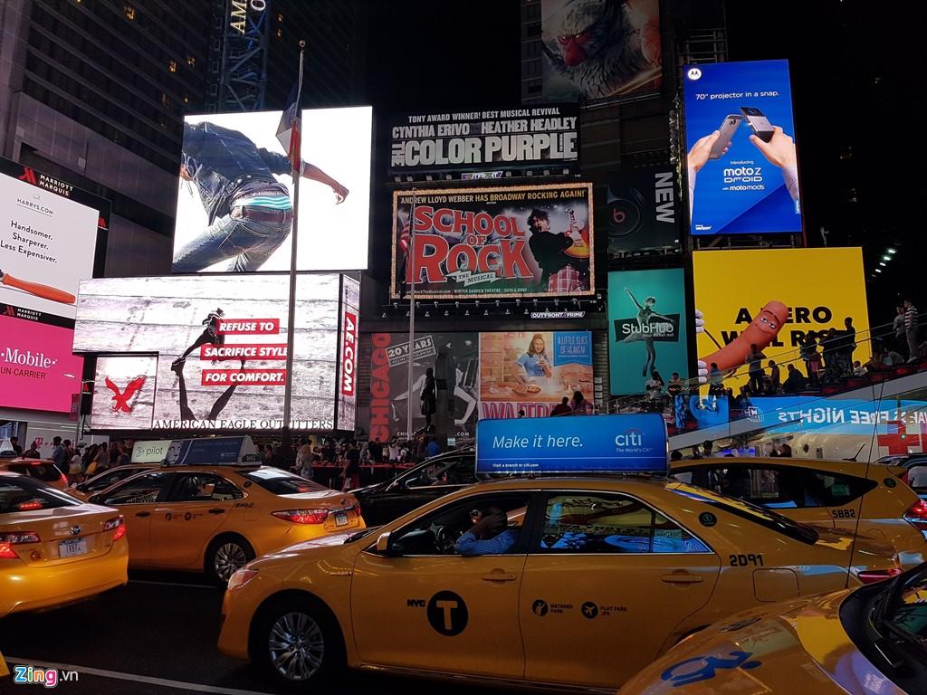 Ảnh chụp lấy nét vào nguồn sáng là các tấm bảng quảng cáo điện tử bên trên. Dù vậy, màu sắc trên những chiếc taxi vẫn hiện ra khá rõ. Ảnh: Zing.vn