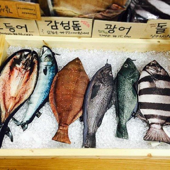 Khoảng một tuần nay, những chiếc túi hình cá giống như thật được bày bán tràn lan tại một số shop văn phòng phẩm, cửa hàng tạp hóa và các khu chợ sinh viên trên địa bàn Hà Nội. Đặc biệt, sản phẩm này đang được quảng cáo và tiêu thụ rầm rộ trên Facebook và thu hút được sự quan tâm của nhiều người.