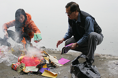 Việc đốt vàng mã cúng hóa vàng ngày Tết cần làm một cách chừng mực, và có văn hóa