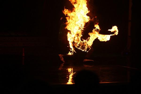 Màn đốt người thật trên sân khấu khiến khán giả và ban giám khảo chương trình Cười Xuyên Việt hoảng loạn