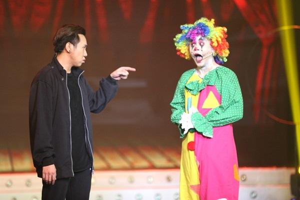 La Thành thể hiện tiểu phẩm Rạp xiếc quái đảm trong chương trình Cười Xuyên Việt chủ đề Kinh dị